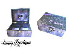 Boîte à Bijoux Noeud Fashion Cette boîte à bijoux est idéale pour ranger vos bijoux et décorer vôtre espace grâce à ces motifs capitonnés et son petit noeud. Just be fashion!   PAS D'ENVOI A L'INTERNATIONAL.   Dimensions: 14.5 cm x 11 cm Hauteur: 6,5 cm