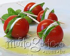 canapé tomate cereja com mussarela de bufala Appetizer Dips, Yummy Appetizers, Appetizer Recipes, Cant Stop Eating, Macro Meals, Food Platters, Appetisers, Food Design, Finger Foods