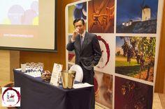 Los vinos DO La Mancha conquistan el gigante asiático. En la imagen podemos ver al sumiller Ivan Hui, director de la cata celebrada en Taipéi con motivo del Road Show.