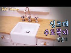 Coisas que Gosto: Doll kitchen DIY miniature kitchen sink & fau. New Kitchen Diy, Kitchen Sink Diy, Kitchen Sink Faucets, Tiny Furniture, Miniature Furniture, Kitchen Sinks Bunnings, Minis, Diy Dollhouse, Dollhouse Tutorials