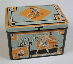 Klein rechthoekig toffeeblik met oranje achtergrond met afbeeldingen van sportfiguren, verwijzend naar Olympische Spelen 1928, retroblik