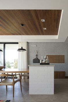 The House by Seferin Arquitetura in Xangri-la, Brazil is a contemporary home for a family with 2 young kids with views of the lake. Wooden Ceiling Design, Kitchen Ceiling Design, House Ceiling Design, Ceiling Design Living Room, Bedroom False Ceiling Design, Ceiling Light Design, Wooden Ceilings, Home Ceiling, Home Room Design