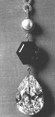 The Star of the East Diamond pear-shaped diamond, mounted on a chain below a hexagonal emerald of 34 carats and a pearl of 32 grains, which may have belonged to the Sultan Abd al-Hamid Edwardian Jewelry, Vintage Jewelry, Antique Jewelry, Royal Jewelry, Luxury Jewelry, Art Deco Jewelry, Fine Jewelry, Cartier, Pear Shaped Diamond