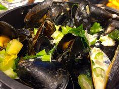 Miesmuscheln im Creme-Fraiche Sud von cookingsociety. Creme Fraiche, Ethnic Recipes, Food, Mussels, New Recipes, Fresh, Kochen, Meal, Essen