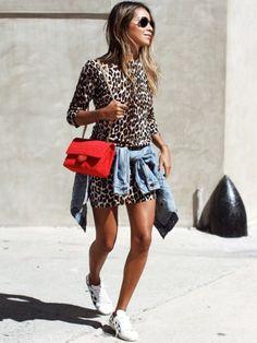 Portée en mode casual, la mini robe léopard se fait plus cool que jamais !