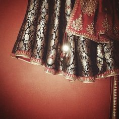 Stunning handwoven kinkhab bridal outfit by Dhruv Singh #dhruvsingh #bridal #indianwedding #lehenga #blue #red #gold #embroidered #woven #festive #handmadeinindia