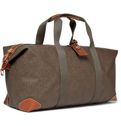 Spacious yet sleek, this Mulberry holdall bag is a classic piece of luggage. Contrasting brown leather trims add a considered edge, while the detachable and adjustable shoulder strap makes it a versatile investment.