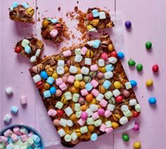 These colourful choc egg bars have all your favourite treats in one bite. Marshmallow Eggs, Pulled Chicken Tacos, Buckwheat Salad, Low Carb Tacos, Pecan Nuts, Mini Eggs, Poke Cakes, Mini Marshmallows, Easter Recipes