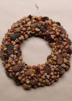15 Stunning Fall Wreath Ideas - Design Improvised These 15 stunning DIY wreaths use some of fall's finest natural materials - from corn husks, to fall leaves, to pine cones. Acorn Crafts, Pine Cone Crafts, Fall Crafts, Acorn Wreath, Diy Wreath, Wreath Ideas, Easy Fall Wreaths, Autumn Decorating, Autumn Garden