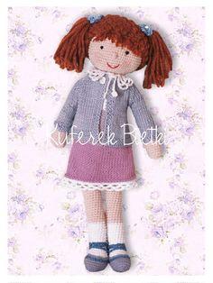 Britt-Marie, lalka wykonana ręcznie na szydełku.    Lalka ubrana jest w sukienkę, wykonaną ręcznie na drutach, ozdobioną szydełkową k...
