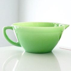 I consider this Fire King batter bowl to be a kitchen essential. It is the best for mixing pancake batter or scrambling eggs on a Saturday morning. Antique Dishes, Antique Glassware, Vintage Kitchenware, Vintage Dishes, Vintage Pyrex, Green Milk Glass, Vintage Fire King, Mixing Bowls, Carnival Glass