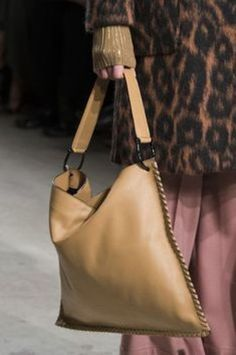 Cividini at Milan Fashion Week Fall 2017 - Details Runway Photos Leather Bags Handmade, Handmade Bags, Leather Purses, Leather Handbags, Leather Totes, My Bags, Purses And Bags, Fashion Bags, Milan Fashion