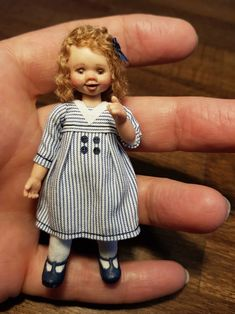 Miniatur Puppenhaus Mädchen ooak 1:12 im Matrosenkleid | Etsy Dollhouse Dolls, Miniature Dolls, Dollhouse Miniatures, Sailor Dress, Little Doll, Her Hair, Summer Dresses, Model, Handmade