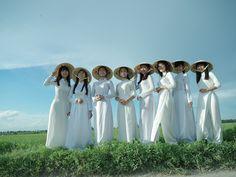 白いアオザイを着たスクールガールたち、失われていく風景、べトナム北部・ハノイに生活している学生たちとのコラボレーション写真展。