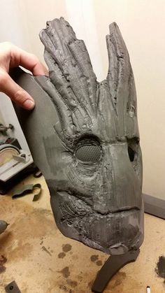 If you are brainstorming costume ideas for this year& Halloween, this detailed tutorial can help to transform you into Groot from the movie. Diy Costumes, Cosplay Costumes, Halloween Costumes, Costume Ideas, Awesome Costumes, Cosplay Armor, Marvel Cosplay, Eva Foam Armor, Cardboard Sculpture