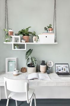 This style emerged in the mid-twentieth century and includes the foundations of minimalism and Nordic decoration . Keys to modern decoration Home Office Design, Home Office Decor, Inspiration Wand, Color Menta, Home Living, My New Room, Diy Room Decor, Modern Decor, Decoration