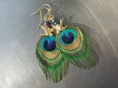 Peacock earrings with raw brass swallows  Pfauenfeder Ohrringe mit goldenen Schwalben