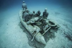 Museo Atlantico is the first underwater contemporary art museum in Europe. Located off the coast of Lanzarote, Spain, this museum consists of more than 200 Underwater Sculpture, Underwater Art, Sculpture Art, Sculpture Museum, Mona Lisa Drawing, Jason Decaires Taylor, Artificial Coral, Fauna Marina, Canary Islands
