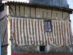 Las tejas son una solución constructiva muy interesante para proteger las fachadas frente a la lluvia. esto es algo muy común en Hervás y en las comarcas de Sierra de Béjar (Candelario) y Sierra de Francia (La Alberca), además de en otros lugares