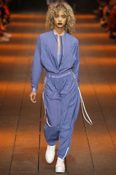 DKNY Spring Summer 2017 Ready-to-Wear collection - New York Fashion Week NYFW - Look Sporty jumpsuit bomber Fashion Week, Sport Fashion, New York Fashion, Runway Fashion, Fashion Show, Womens Fashion, Fashion Design, Fashion Casual, Casual Chic