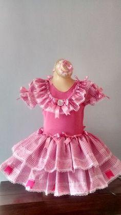 Lindo vestido caipira modelo Barbie, confeccionado em tecido de algodão, xadrez na cor rosa, com laços em fita de cetim. Acompanha Botton da Barbie  Tamanho disponiveis p/ venda: P - 2 anos - Médio 4/6 anos - Grande 8/10 anos  ATENÇÃO; BRINDE LINDO CHAPEUZINHO DE PALHA DECORADO  Prazo de produção...
