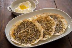 Originária no Oriente Médio a Zatar é uma mistura de especiarias usada como condimento, muito comum se encontrar esfira de zatar. Experimente a torrada de pão folha, é maravilhosa!