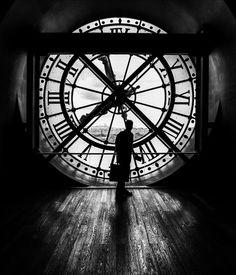 """Platz 2: """"Zeitlauf"""" - IDEE: Die Uhr des Musée d'Orsay scheint das Panorama von Paris in eine andere Zeit zu setzen. Der Mann mit der Tasche wirkt wie ein Reisender einer vergangenen Epoche. GESTALTUNG: Perfekte Belichtung mit tollem Schimmer des Holzfußbodens. Interessante Linien. TECHNIK: Mit extremem Weitwinkel und aus kurzer Entfernung. Die anderen Besucher des Turmes bleiben so hinter dem Fotografen. Canon EOS 6D   Samyang 2,8/14mm   1/200s   F/8   ISO 320 © Carsten Schröder, Tholey"""