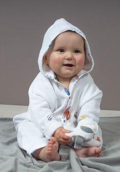 Badcape van Snoozebaby. Een mooie babypakje met drukkertjes, met de bekende labeltjes. www.villa-vrolijk.nl