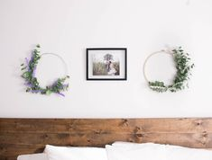 Looking to bring a bit of Spring into your home? Find out how to make these gorgeous Spring Wreaths for under 10$ and in under 15 min! Diy Spring Wreath, Bedroom Decor, Minimalist, How To Make, Beautiful, Home Decor, Decoration Home, Room Decor, Dorms Decor
