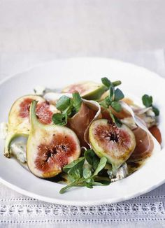 Fig, Gorgonzola & prosciutto salad Whisk together the olive oil and balsamic vinegar and season. Arrange the figs, cheese, prosciutto and watercress on two plates. Drizzle with the dressing and serve. Fig Recipes, Italian Recipes, Great Recipes, Vegetarian Recipes, Favorite Recipes, Yummy Recipes, Recipies, Italian Starters, Fig Salad