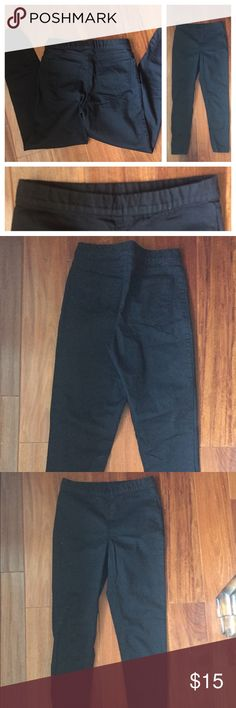 """Black High Waisted Trousers New, without tags. Polyester, spandex, elastane fabric blend. Size small. Elastic waist. Waist is 26"""" inseam 25"""". PRICE IS FIRM, you can bundle for extra savings ty Forever 21 Jeans Ankle & Cropped"""
