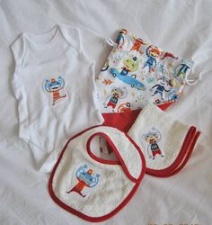 Pack regalo bebe ROJO. Incluye: saquito, body, toalla y pechito