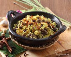 Nasi kebuli adalah salah satu hidangan Timur Tengah yang memiliki aroma rempah yang sangat kuat. Hidangan ini biasanya disajikan dengan kismis dan bawang goreng sebagai pelengkapnya.