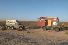 Land Rover Defender 130 300tdi 6x6 (Modificado por Foley Specialist Vehicles) y Mercedes Unimog de 1980. Acampada durante un viaje en 2005 a Tifnit, Marruecos.
