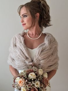 Châle de mariée, enveloppement de mariage, demoiselle d'honneur volé, cape de mariage, boléro mariée, dissimulation nuptiale, cadeau de demoiselle d'honneur, haussement d'épaules d'hiver, châles et enveloppements  Bridal shawl, wedding wrap, bridesmaid stole, wedding cape, bride bolero, bridal coverup, bridesmaid gift, winter shrug, shawls and wraps Wedding Sweater, Winter Wedding Shawl, Wedding Shrug, Bridal Bolero, Wedding Cape, Bridal Cape, Bridesmaid Shawl, Brides And Bridesmaids, Bridesmaid Gifts