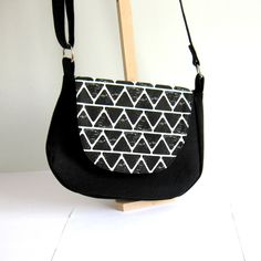 Besace noire et blanche, géométrique, triangles, jean's recyclé noir, sac à bandoulière réglable à rabat black and white : Sacs bandoulière par melkikou-upcycling