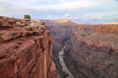 Jour 3 :   Poursuite vers le splendide Grand Canyon, qui offre un panorama somptueux. Délectez-vous de la beauté des lieux. (option : survol en hélicoptère, cinéma Imax). Dîner dans un restaurant typique des années cinquante et nuit à Flagstaff.  Grand Canyon à Tusayan, AZ