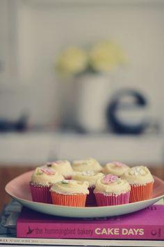 opskrift: forårscupcakes med orangeblomst | Emily Salomon