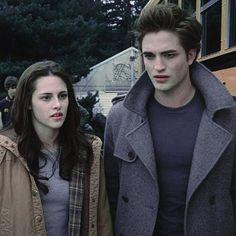 Edward Bella, Twilight Bella And Edward, Twilight Saga New Moon, Twilight Saga Series, Twilight Movie, Edward Cullen, Twilight Outfits, Twilight Wedding, Actor Quotes