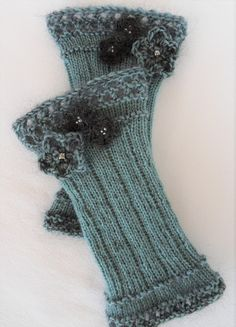 We still have no winter luck, but a few romantic pulse heat . : We have no winter luckily, but a few romantic wrist warmers were finished. These ones even have a brooch … Crochet Gloves, Knit Crochet, Knitting Socks, Baby Knitting, Fingerless Mittens, Wrist Warmers, Crochet Gifts, Knitted Blankets, Mitten Gloves