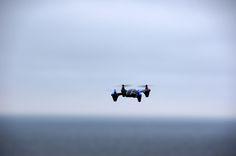 Mini dron na Mechelinkach w tle morze Bałtyckie. Lot przy dużych podmuchach wiatru. #Hubsan #drone #dron #drony #mini #quadrocopter