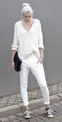 สเว็ตเตอร์สีขาว Zara, กางเกงยีนส์สีขาว Five Units, รองเท้า Converse, กระเป๋าคล้ทช์สีดำ Everie Cph