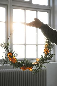 DIY: Julkrans med torkade apelsinskivor - Trendenser - Food for thought Minimalist Christmas, Nordic Christmas, Natural Christmas, Christmas Mood, Noel Christmas, Simple Christmas, Christmas Wreaths, Christmas Crafts, Rustic Christmas