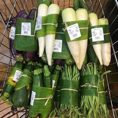 YES YES YES It's happening! These are pictures from a supermarket in Ubud. Plastic free vegetables wrapped in banana leaf🥕🥬🍌🌱 Did you… Organic Packaging, Fruit Packaging, Food Packaging Design, Ubud Bali, Vegetable Packaging, Vegetable Shop, Leaf Vegetable, Bulk Food, Produce Bags