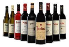 Actualmente Protos comercializa cerca de 5,5 millones de botellas de vino anuales. El 80% de ellas se distribuyen en el mercado español, mientras el 20% restante se vende al extranjero. 91 países de alrededor del mundo compran actualmente los vinos de esta bodega. Spanish Wine, Spanish Food, Alcoholic Drinks, Beverages, Wine Time, Olive Oil, Wines, Red Wine, Beer