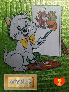 """Il gattino color """"grigio/argento"""" misura cm. 23X24, ama dipingere, sta disegnando e pitturando su tela 2 simpaticissimi topini."""