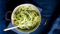 Kesäkurpitsapasta ja pinaatti-cashewpesto - Kotiliesi.fi Pesto, Spaghetti, Cooking, Ethnic Recipes, Koti, Cucina, Kochen, Cuisine, Spaghetti Noodles