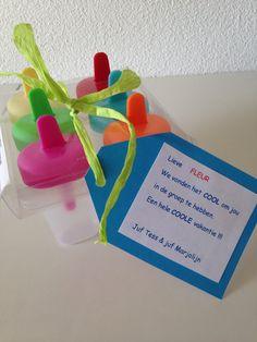 Leuk aardigheidje om de leerlingen aan t eind van t jaar als afscheidscadeautje mee te geven.  Tip: ik heb eerst met de groep een paar keer de ijsjes gemaakt en leuke filmpjes over ijs maken met ze bekeken.  Zo kunnen ze zelf meteen aan de slag. Party Gifts, Diy Gifts, Kids Party Treats, Secret Valentine, Little Gifts, Teacher Gifts, Kids Meals, Kindergarten, Presents