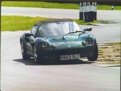 De Lotus Elise, totaal ontworpen en geproduceerd door Lotus in 1994. De auto was alleen bedoeld voor de Amerikaanse markt maar was daar al zo groot dat hij ook uitgebreid is naar de Europese markt. De shell is volledig gemaakt van glasvezel en de chassis is van aluminium. De ontwerpers van deze auto hebben rekening gehouden met de visie van Colin Chaplin; veel kracht in een lichte auto. Met het gewicht van 750 kg en 250 pk kun je je voorstellen dat deze auto niet bepaald sloom is.
