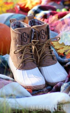Size any color acm. Grab a celebratory PSL, Marleylilly just got Monogrammed IVORY Duck Boots! Shop now! Minimal Chic, Monogrammed Duck Boots, Monogram Boots, Christmas Fashion, Autumn Fashion, Preppy Style, My Style, Marley Lilly, Boating Outfit